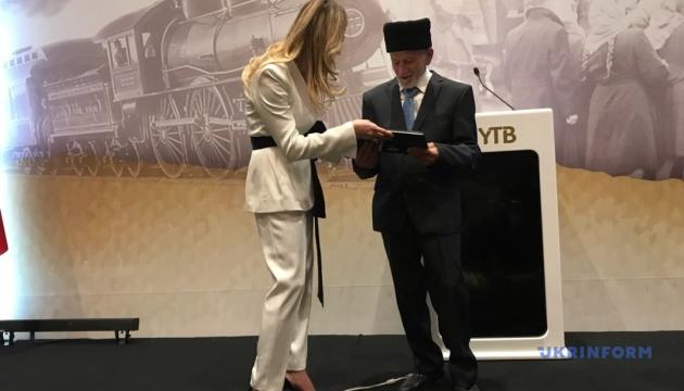 Джапарова передала книгу рисунков о депортации очевидцу событий