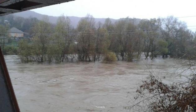 На річках Закарпаття вода перевищила рівень катастрофічної повені 1998 року