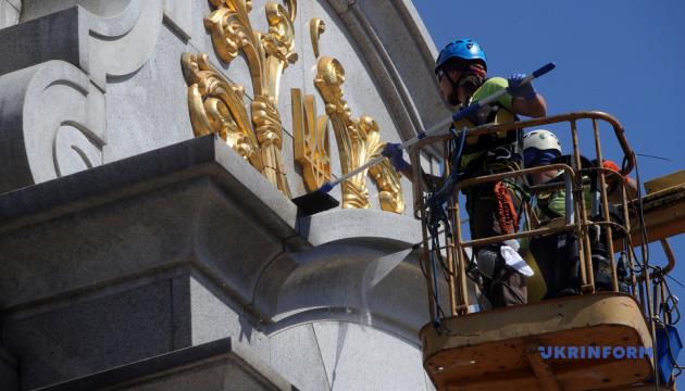 Пожежні машини та альпіністи: у Києві миють Стелу Незалежності