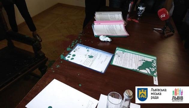 Во Львове сорвали заседание в мэрии, а зама Садового