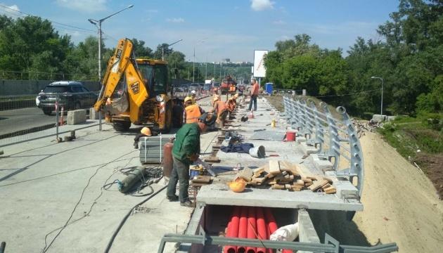 В Киеве продолжают ремонтировать мосты и дороги