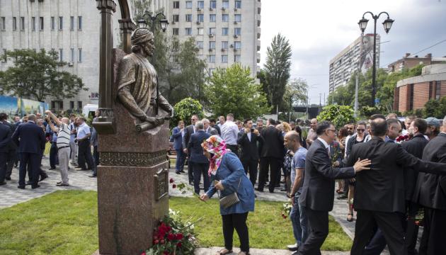 На бульваре Дружбы народов открыли памятник поэту