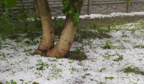 Kharkiv est sous de fortes pluies de grêle (vidéo)