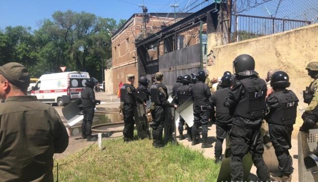Четверо працівників одеської колонії постраждали під час бунту