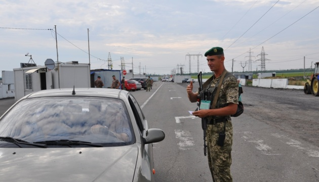 У пунктах пропуску на Донбасі в чергах застрягли 240 авто