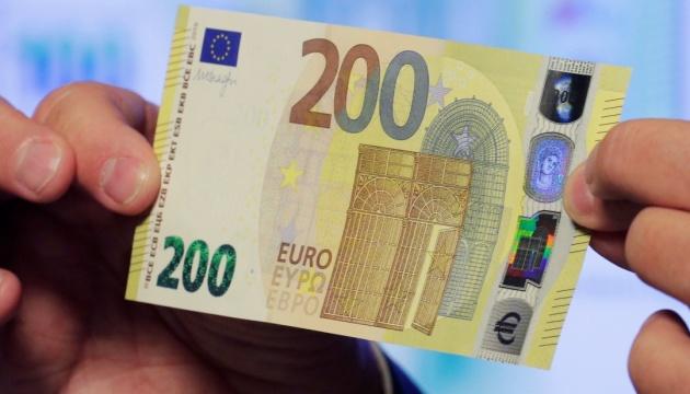 У країнах єврозони з'явилися нові банкноти 100 та 200 євро