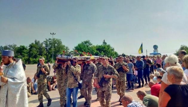 Les habitants de Nikopol ont dit adieu au militaire ukrainien tué dans le Donbass