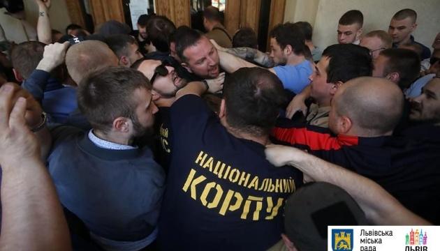 Пікет під Львівською ратушею: виламані двері та
