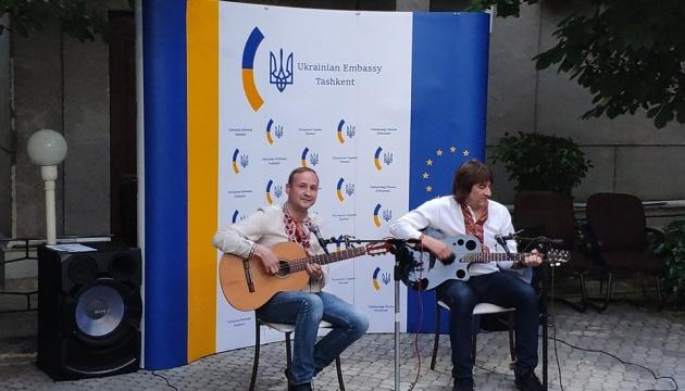 Українські музиканти подарували діаспорі в Узбекистані концерт народної і сучасної пісні