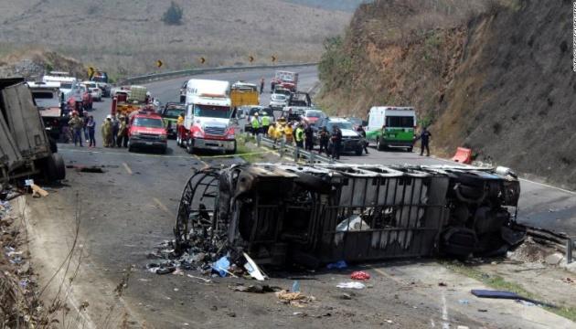 У Мексиці вантажівка влетіла в автобус, понад 20 загиблих