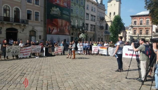 У Львові під міськрадою вимагають публічного звіту про квартири для чиновників
