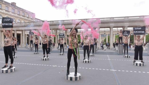 Femen влаштували протест перед Королівським палацом у Парижі
