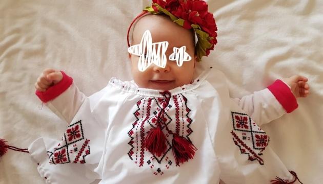 Новонароджені українці у Північній Греції отримали свої перші вишиванки