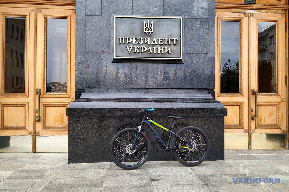 Припаркований біля АП велосипед Ляшка / Фото: Павло Багмут. Укрінформ