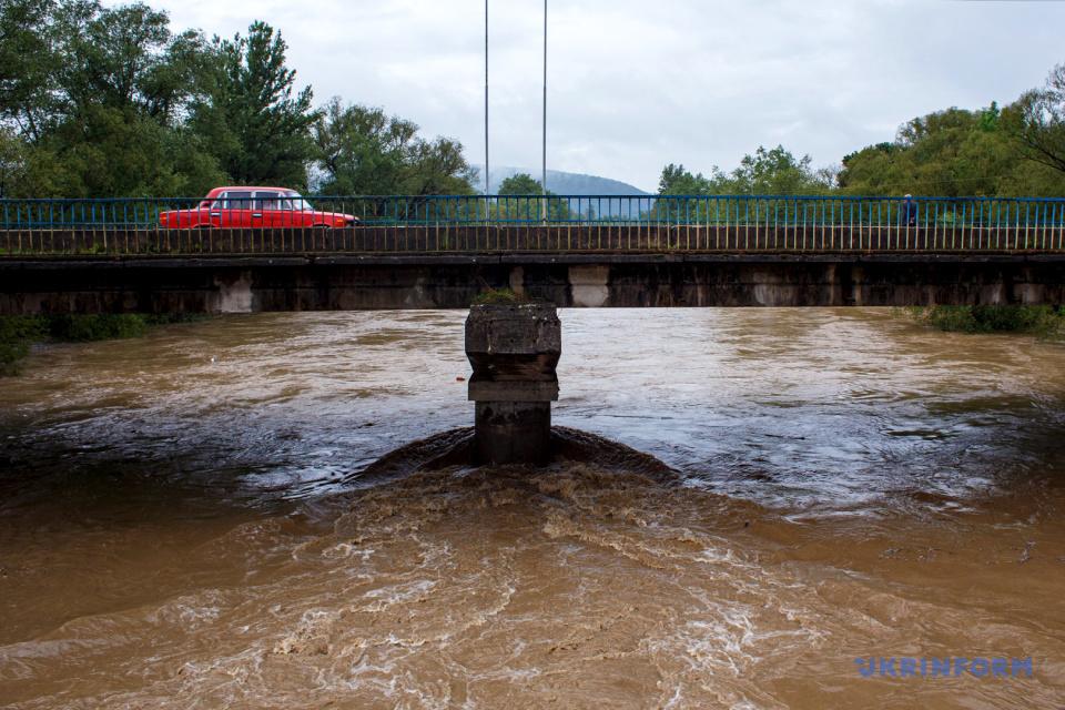 El agua en los ríos de la región de Zakarpatia se ha elevado por encima del nivel de inundación catastrófica de 1998 / Foto: Sergiy Gudak, Ukrinform