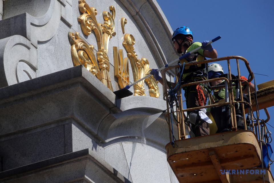 У Києві помили Монумент Незалежності / Фото: Павло Багмут, Укрінформ