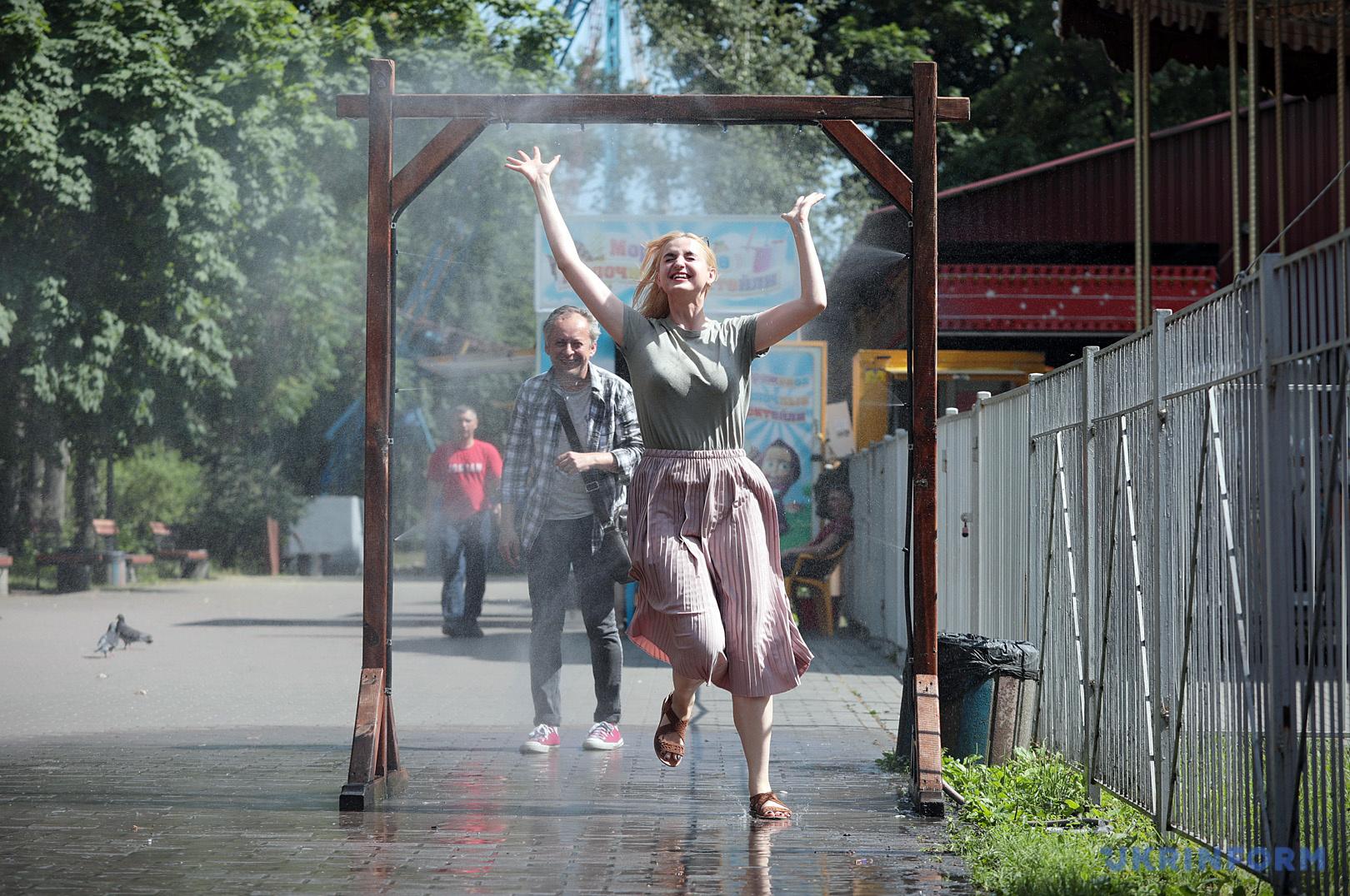 У парках Києва встановили водяні рамки / Фото: Геннадій Мінченко, Укрінформ