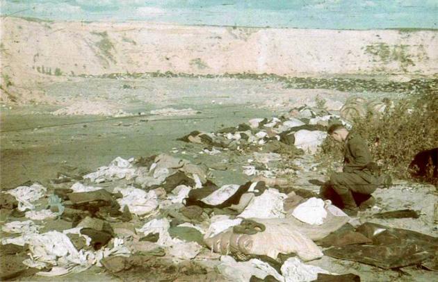 Жовтень 1941-го. Євреїв уже масово знищували в Бабиному Яру. На фото - німецький солдат бiля речей убитих