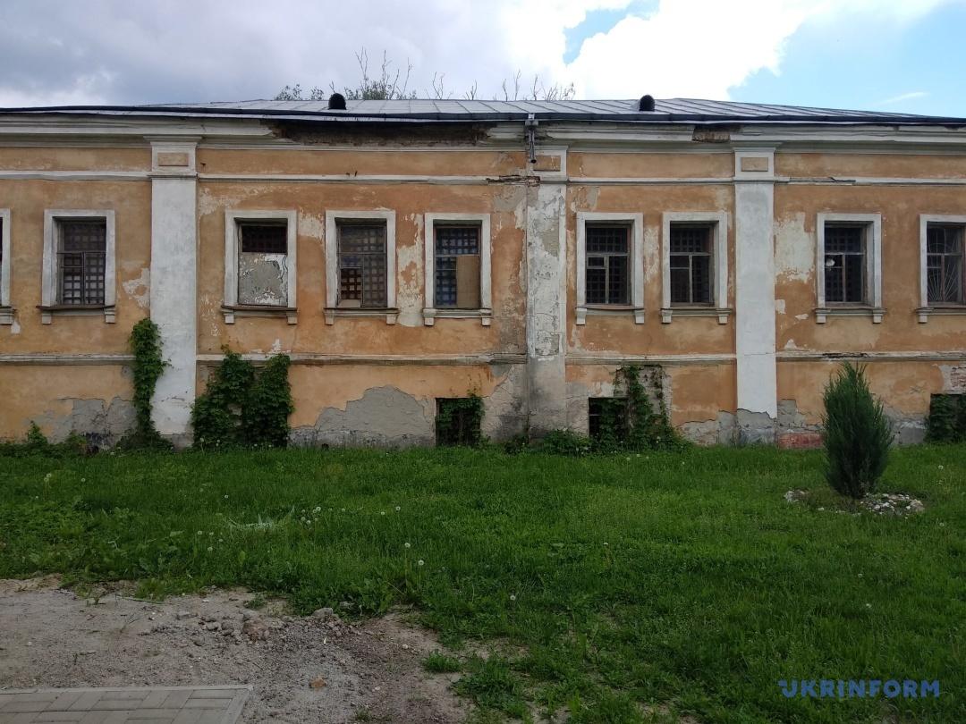 Будівля поштової станції, яка не використовується і руйнується