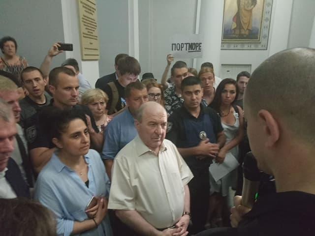 Ректор КНУ Леонід Губернський в оточенні протестантів