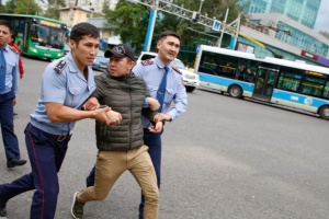 Количество задержанных на антиправительственных протестах в Казахстане возросло до 100