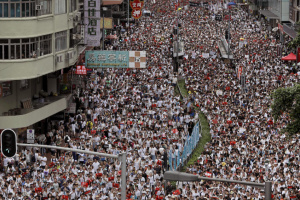Десятки тисяч людей знову вийшли на антиурядові протести в Гонконгу