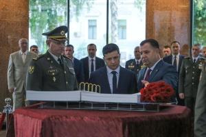 Abschuss von Militärmaschine vor 5 Jahren: Präsident Selenskyj ehrt Opfer – Video