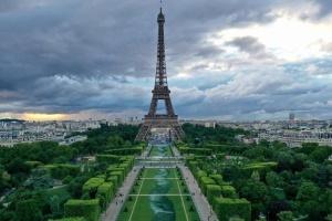 Возле Эйфелевой башни в Париже появился 600-метровый арт-объект