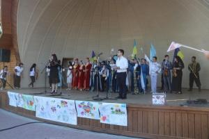 Детей крымчан-политзаключенных поддержали концертом на Арабатской Стрелке