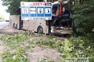 На Хмельниччині туристичний автобус зіткнувся з вантажівкою, є жертви