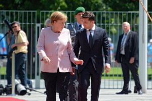 Зеленский заверил Меркель, что будет гарантировать законность работы инвесторов
