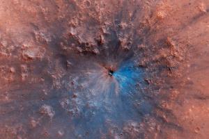 """Спутник NASA нашел на Марсе """"свежий"""" кратер"""