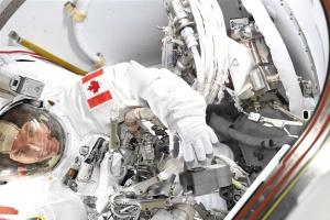Космонавт пакует вещи в невесомости