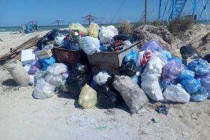 На запорізькому курорті через сміття закрили проїзд до Федотової коси