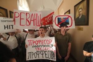 Протест у КНУ проти Портнова: до активістів приїхав ректор