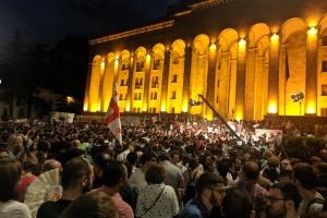 В Грузии участники акции протеста ворвались в парламент