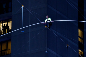 Еквілібристи прогулялися по канату над Таймс-сквер