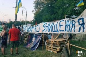 À Kyiv, des activistes ont démoli une clôture en béton et bloqué une route pour protester contre un chantier illégal