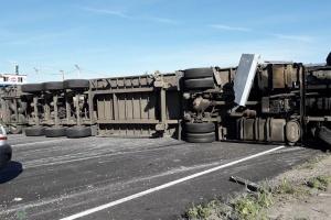 Одесскую трассу заблокировала опрокинутая фура