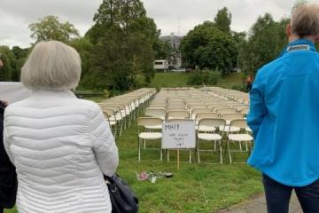 オランダのロシア大使館前にて、マレーシア航空機撃墜の犠牲者親族が抗議