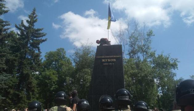 В Харькове протестующие снесли памятник Жукову