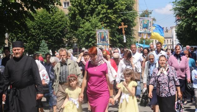 У Чернівцях тисячі вірян провели хресну ходу на підтримку парафій, які переходять до ПЦУ