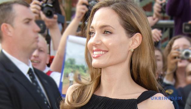 Анджелина Джоли продала пейзаж Черчилля за $ 11,5 миллиона