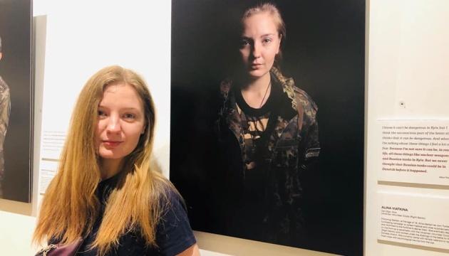 Фотовиставка жінки-воїна у Чикаго розповідає про війну на сході України