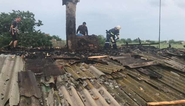"""На Херсонщині блискавка """"підпалила"""" два будинки"""