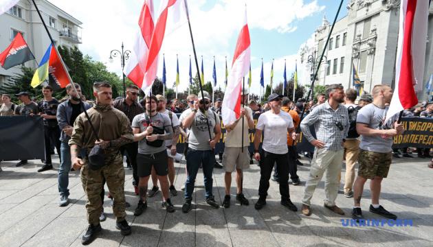 На Банковій активісти вимагають громадянства України для іноземних добровольців