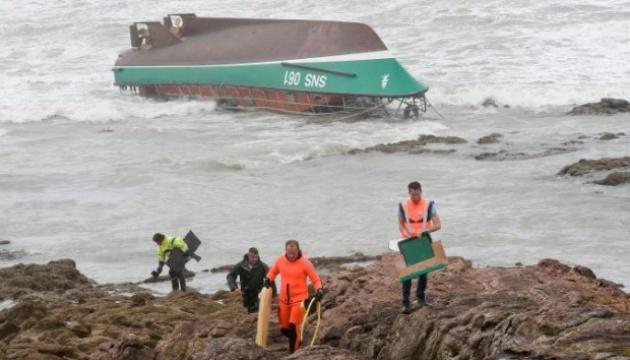 Шторм біля узбережжя Франції вбив трьох рятувальників