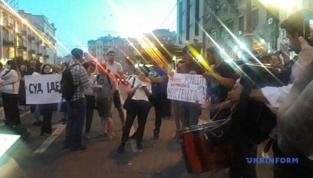 Протестувальники заблокували дорогу біля столичного кінотеатру