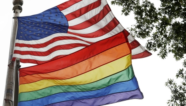 Трамп заборонив піднімати прапор ЛГБТ на флагштоках посольств США
