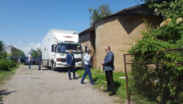 Зеленский показал журналистам фургон, в котором ждал начала съезда